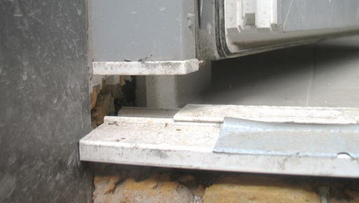 установили входные двери не качественно